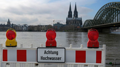 Extreme weather: Warning sign in German at the entrance to a flooded pedestrian zone in Cologne, Germany